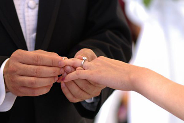 Tại sao nhẫn đính hôn phải được đeo trước nhẫn cưới?
