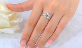 Cô dâu đeo nhẫn đính hôn tay nào