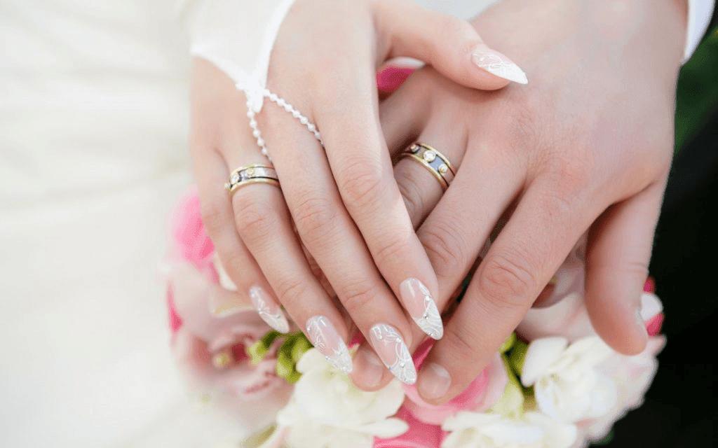 Cô dâu đeo nhẫn tay nào