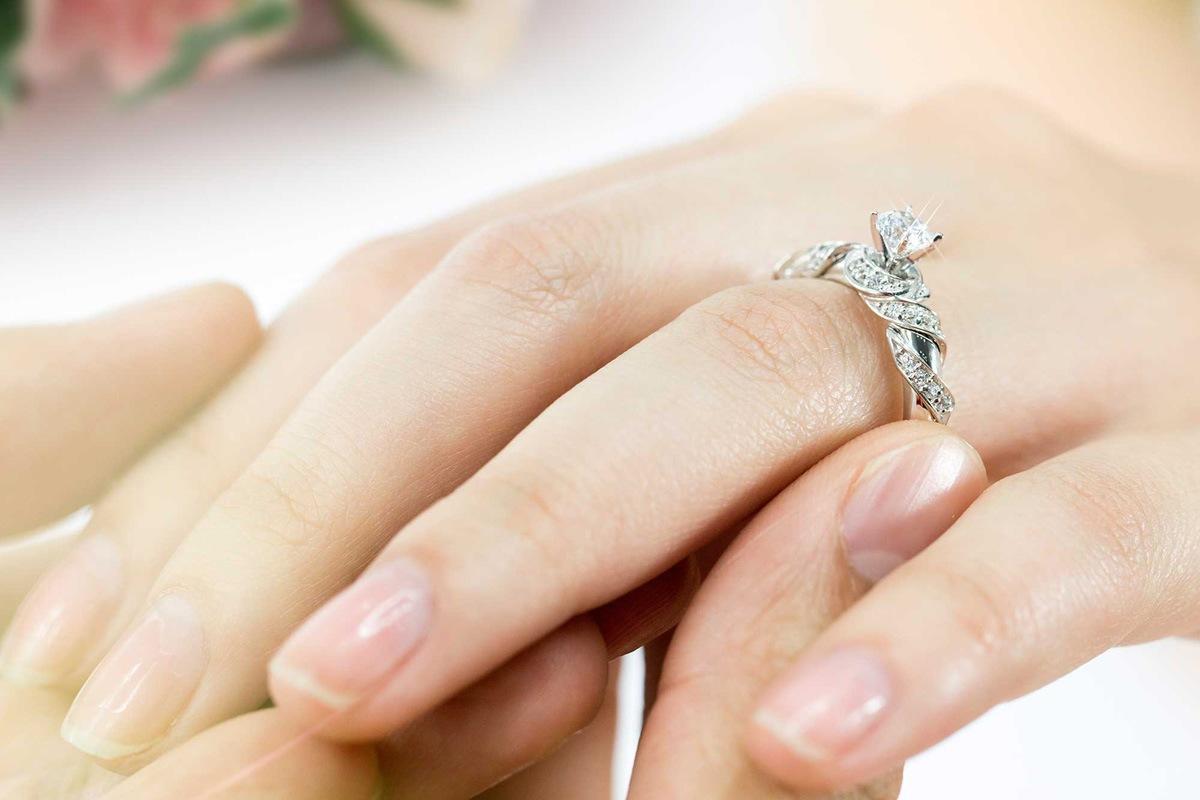 Con gái đeo nhẫn cầu hôn tay nào