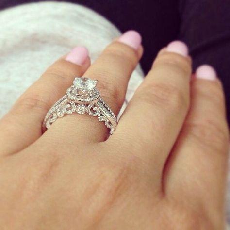Nhẫn đính hôn đeo ngón áp út
