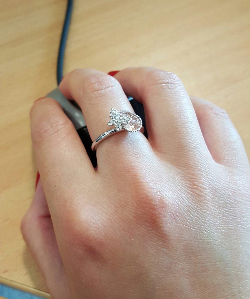 Nhẫn đính hôn đeo ngón giữa