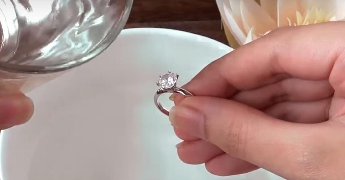 Vệ sinh nhẫn đính hôn