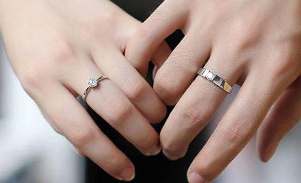Đeo nhẫn cưới ngón giữa