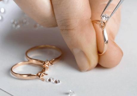 Chạm khắc và đính đá nhẫn