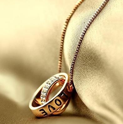 Đeo nhẫn cưới trên dây chuyền 1