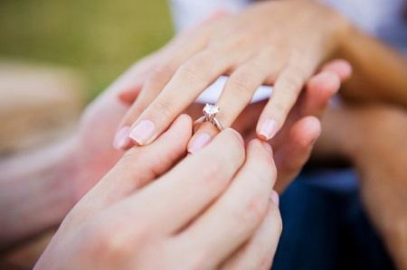 trao nhẫn đính hôn
