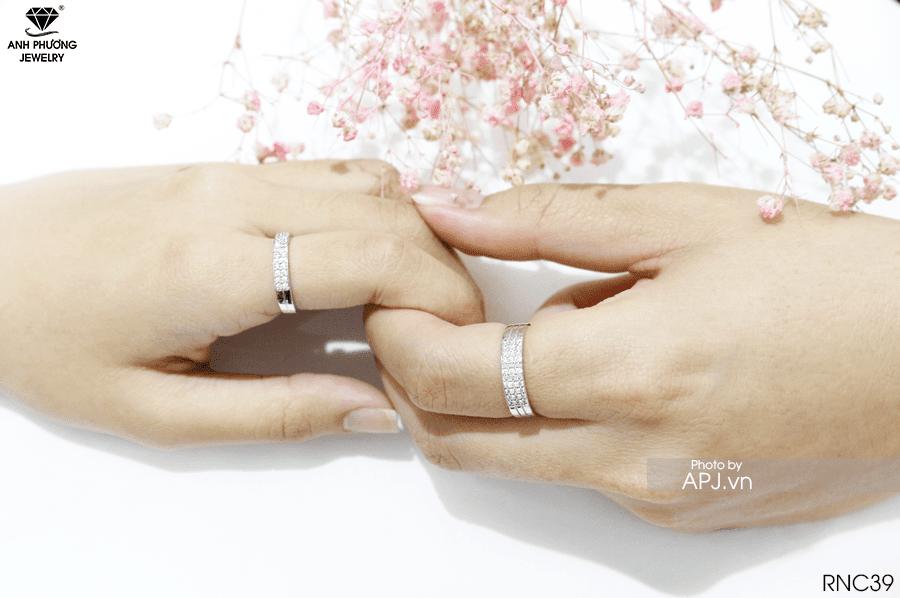 Nhẫn cưới màu vàng nên không