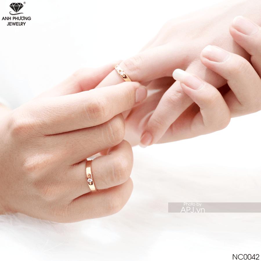 NC0042 nhẫn cưới vàng 18k đá CZ hiện đại