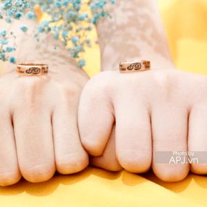 NC0099 Nhẫn cưới vàng hồng khắc tên