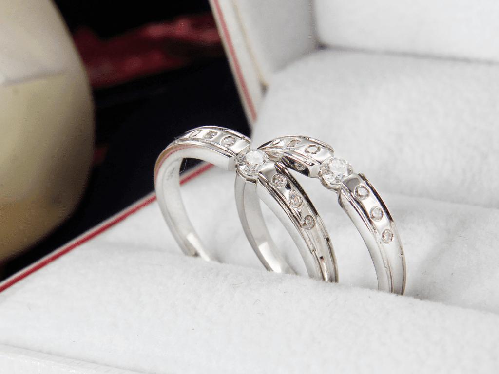 Nhẫn cưới bạch kim khác gì nhẫn cưới vàng trắng