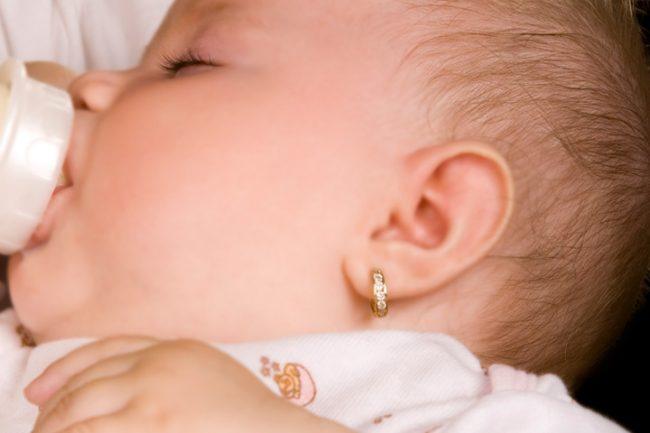 Bông tai vàng cho em bé theo giai đoạn tuổi