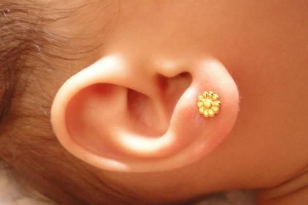 Bông tai vàng cho em bé theo giai đoạn tuổi 1