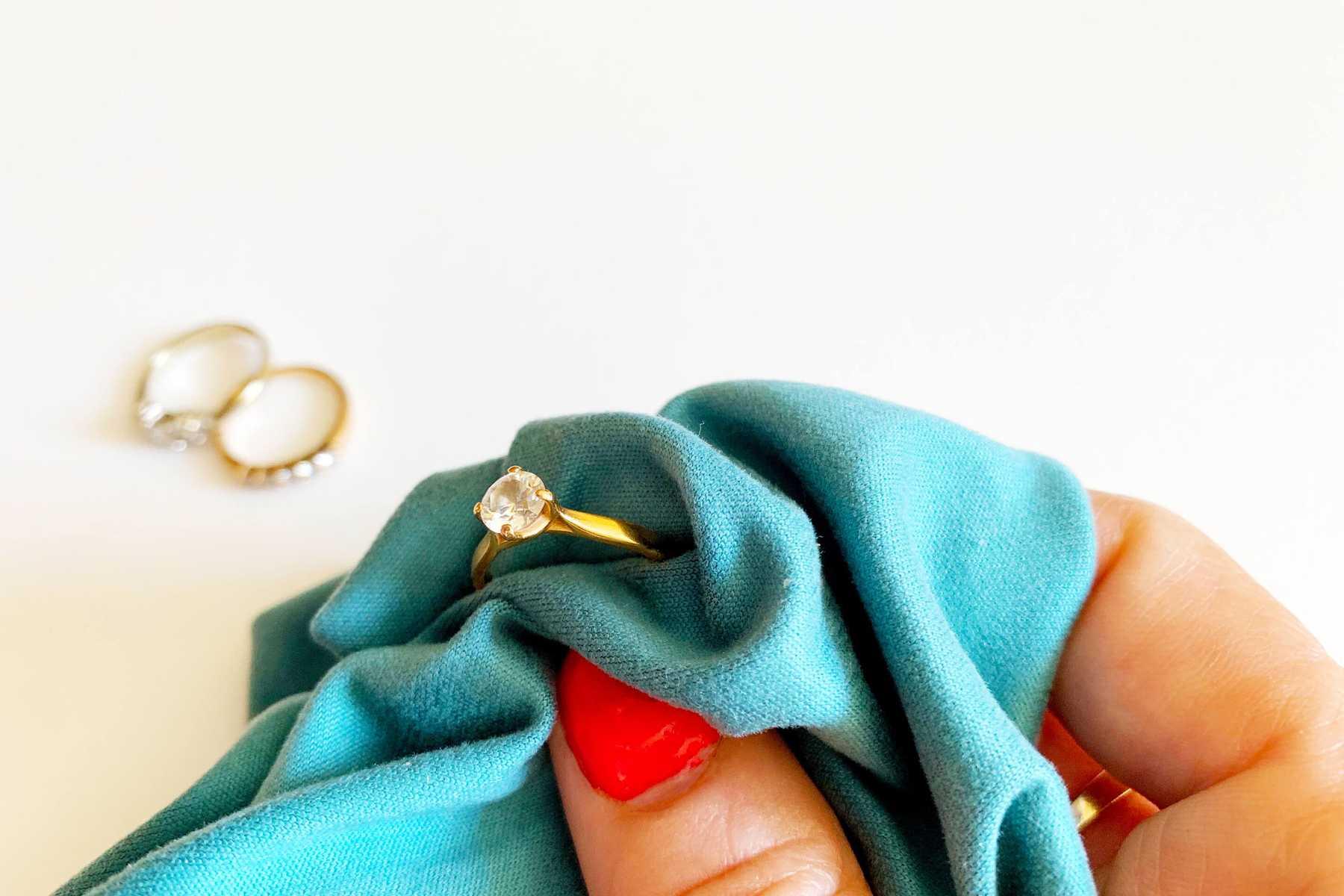 Bí quyết bảo quản nữ trang bằng vàng và bạc sáng đẹp 2