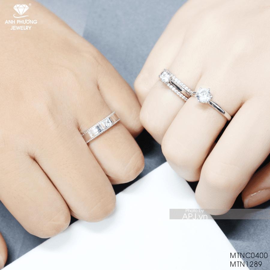 Có nên đeo nhẫn đính hôn cùng nhẫn cưới không?